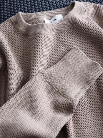 本当に上質なモノというものがどのようなものか判断するためには、まず、一流のモノを知っておく必要があります。手触りや着心地、縫製の仕方など、さまざまな部分に一流の技が隠されていることが分かります。
