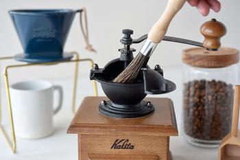 ミルは使っていると、どうしてもコーヒーの微粉がミル本体や刃のまわりに付着してしまいます。そのまま放っておくとコーヒーの粉が酸化して、味を損なわせてしまう原因に。静電気で張り付いた豆かすをササッと払えるミル用のブラシがあればとっても便利です。こちらがエスプレッソブラシ、またはコーヒーブラシと呼ばれている専用のブラシ。細かいところにも行きわたり、微粉をきれいに落としてくれます。