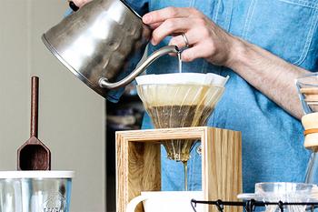 コーヒーポットは、粉のコーヒーにお湯を調整しながら注ぐことができるハンドドリップ専用のポット。普通のポットだとお湯が一気に出てしまうのですが、細い注ぎ口の形状によりゆっくり時間をかけてお湯を注げる設計になっています。これがおいしいコーヒーを淹れるための重要なポイントになります。