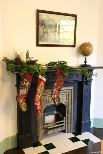 暖炉+靴下はヨーロッパのクリスマスの定番。 ただしイタリアでは、プレゼントをくれるのは、サンタクロースではなく、魔女なのです。↓↓↓