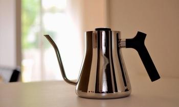 プロの愛用者やお店でもよく見かけるステンレス製のコーヒーポットは、重厚感のある上品なたたずまいが印象的。ステンレス製のポットの特徴は、衝撃に強くて錆びにくい点。少し重くて価格が高めですが、お手入れをすることで一生ものとして長く使えるアイテムです。