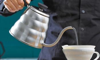 熱伝導が良く、お湯を早く沸かすことのできるステンレスポットは、毎日おいしいコーヒーをこだわりの豆で飲みたいという方にはおすすめの道具です。この無駄のない美しいフォルムが素敵ですね!