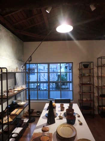ガラス・陶磁器などたくさんの種類が並ぶ店内。お気に入りの作家さんに出会えそう。
