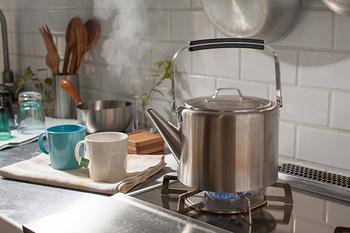 """そんなときに役立つのがお湯を沸かすためのアイテム、ケトルです。コーヒーポットをコーヒーケトルと呼ぶこともありますが、ここではハンドドリップ専用のものではない""""やかん""""のことを指します。"""