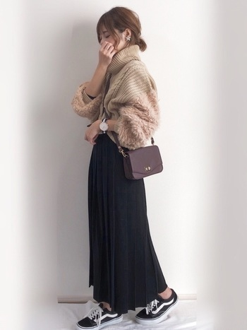柔らかなプリーツスカートもおすすめです。ママのマストアイテムであるスニーカーとも相性◎です。