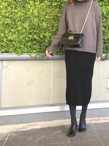 この秋冬は長めのスカートが注目度大♪キレイめのバッグと合わせれば、程よく品のあるカジュアルスタイルになります。