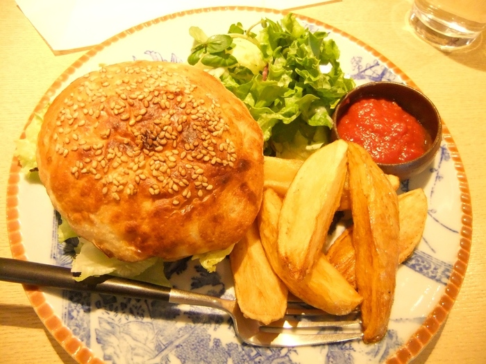 ハンバーガーの人気メニューは、「国産牛29バーガー」。365日のバンズに、国産牛100%のパテを使用したこだわりの一品。一見、ボリューミーに見えますが、一口食べるとペロリと食べきってしまうほど止まらない美味しさです。