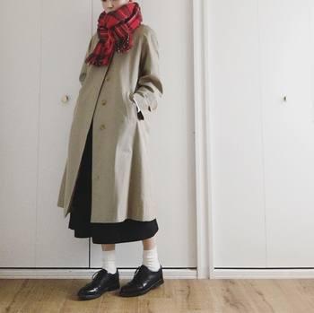 クラシカルなスタイルのアクセントに。きちんと感のあるトレンチコートによく似合います。