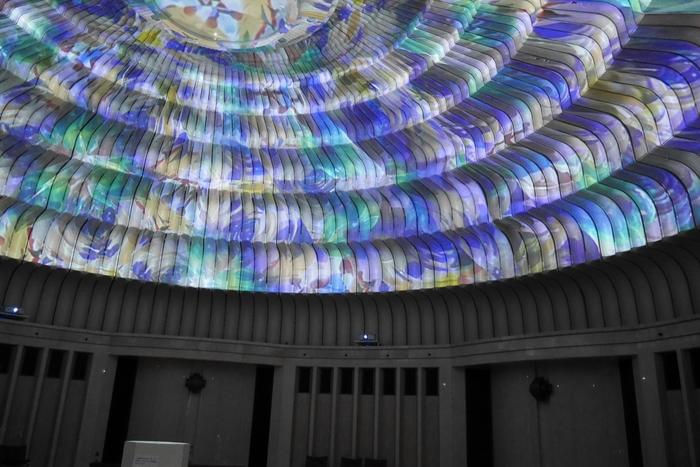 円形ドーム一面に映し出される万華鏡は圧巻。この万華鏡のため制作されたという美しい音楽の調べと共に過ごす時間は格別です。