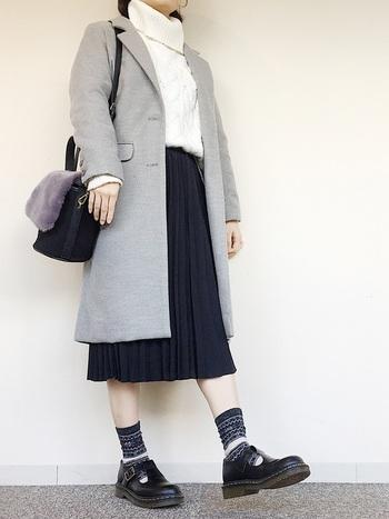 タートルネックのニット×ミモレ丈のプリーツスカートは、クラシカルな印象の上品コーデに。