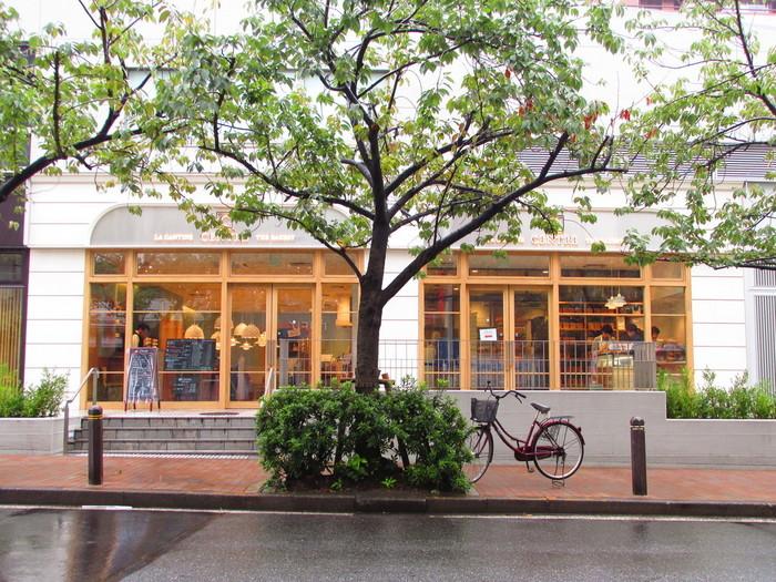 東京メトロ銀座一丁目駅から徒歩3分。販売されているのは、3種類の食パンのみですが、究極に美味しい食パンを求めて遠方からも買いにくる方もいるほど。カフェスペースでは美味しい食パンを食べられるメニューが豊富にある、行列の絶えない人気のお店です。