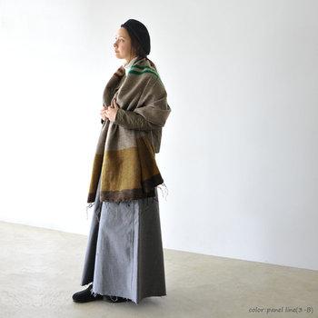 落ち着いたアースカラーのストールは大人っぽい雰囲気。ロング丈のスカートとも相性抜群です。