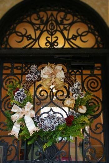 黒い鉄の扉に美しく映えるクリスマスリースは、2006年。フランスがテーマ国だった時のもの。