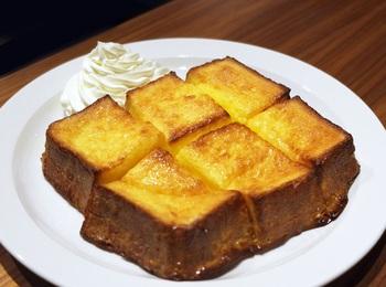 黄金色に輝く「フレンチトースト」は、特製の食パンを使った、卵とバターのリッチなコクを味わえる贅沢な風味。生クリームと一緒にゆっくりと味わいましょう。