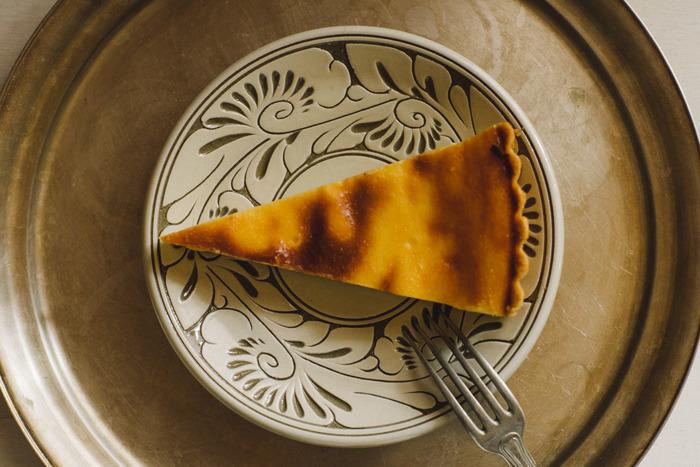 こちらもまさに器が主役となるような、存在感のあるお皿。デコレートされたケーキではなく、シンプルで素朴なベイクドチーズケーキをあわせて、プレートの美しい模様を活かすコーディネートに。