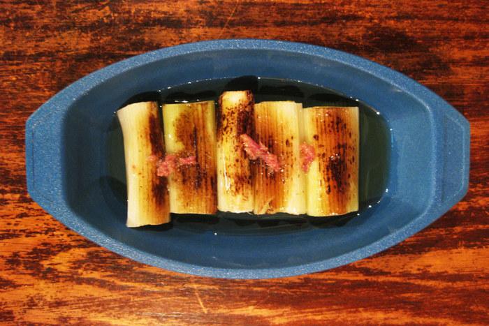 ネギの焼きびたしを乗せるとすると、普通なら和食器を選ぶところ。ですが、あえて和とも洋とも使えそうなグラタン皿をセレクトすることで、お料理がもっと引き立つというアレンジアイデアです。