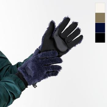 もこもこのフリース素材がオシャレな、THE NORTH FACEのグローブ。手の甲側のフリース部分には保湿性の高いPolartec Thermal Proという素材を採用。手のひら側には伝導性素材が使われているので、手袋を外さずにスマホを使用できます。デザイン性も機能性も高い一品です。