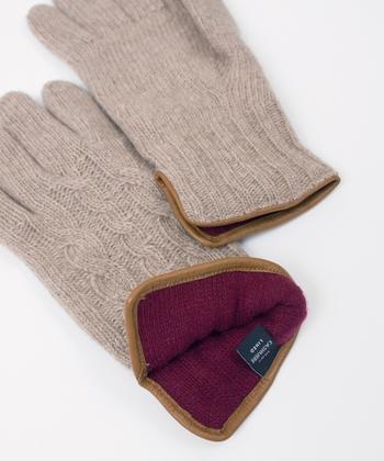 イタリアで3代続く名門グローブメーカー・FARNERARI。創業時から職人による手仕事にこだわりを持つ同社が、確かな技術で作り出したケーブル手袋です。一見シンプルでシックな色合いですが、裏地はしっかり強いボルドーを採用。カシミヤなので、なめらかで暖かな着け心地が味わえます。