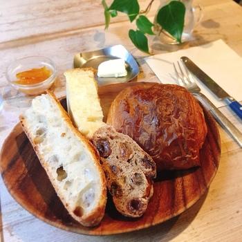 人気メニューは、朝だけ食べられる「パリの朝食」セット。パン4種類とバター、ジャム、飲みものがセットになった、パン好きには嬉しい朝ごはんをいただきましょう!