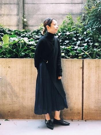 UNIQLOで人気のリブタートルニットを使ったコーディネートは、一見オールブラックに見えますが、実はスカートが濃いめのネイビーというワンランク上の着こなし。