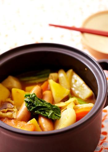 食べ応えのある根菜がたっぷり入ったカレー鍋。だしの素やお醤油を加えた、和風仕上げです。〆はぜひ、ご飯とチーズで♪カレーうどんにしても美味しそうです。