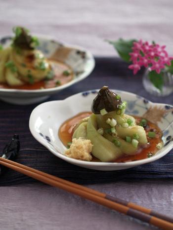【茶筅切り】 茄子の茶筅切りは縦にいくつか切りこみを入れてから、ねじって盛り付けると茶筅のような形に。シンプルな茄子だけのお料理も、飾り切りにするだけで華やかになりますね♪