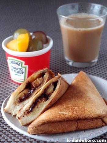 チョコとバナナのあま〜い組み合わせに、タイ料理でおなじみのココナッツペーストをプラスしたホットサンド。温かいホットサンドメーカーでプレスすることで、バナナの甘さがぐんと引き立ちます。さらにとろりと溶けたチョコレートと香り豊かなココナッツペーストと絡み合って、絶品!