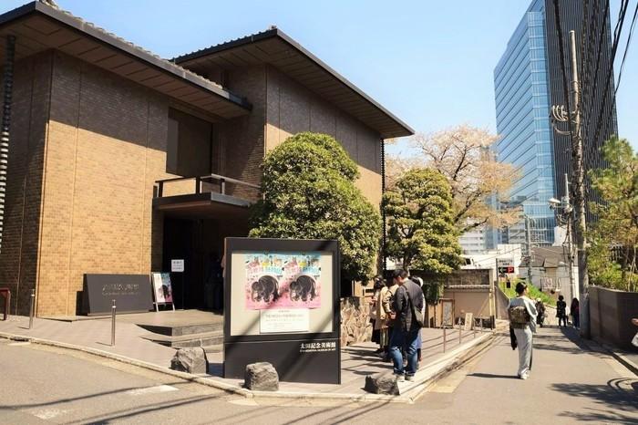近年、外国からのお客さまが日本人を圧倒するほど。 入口で靴を脱ぎ、スリッパに履きかえますから、靴下を履いてお出かけしましょう。