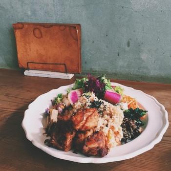こちらは味もボリュームもしっかり存在感のある鶏の唐揚げ。 玄米ごはんの周りを、主菜と、彩りも華やかな野菜たっぷりの副菜が取り囲み、お味噌汁と漬物もついた充実の内容です。
