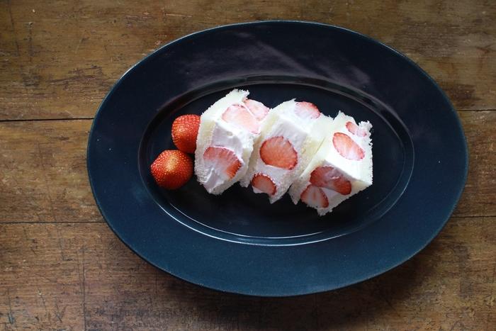 同じく、濃い色合いのオーバルプレートに盛りつけたフルーツサンド。添えられたイチゴの赤のアクセントが、オーバルのスタイリッシュなフォルムとカラーに鮮やかにマッチし、サンドイッチだけでこんなに美味しそう。