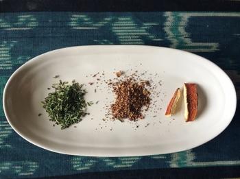 小ぶりのオーバルプレートも取り皿にしたり、スパイスなどを盛りつけて食卓に出したり、あれこれ活躍してくれます。