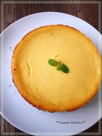 ヨーグルトでさっぱり仕上げたチーズケーキのレシピ。こちらもスポンジの代わりに、ココアビスケットを使っています。細かく刻んだビスケットに、やわらかくしたクリームチーズを加えてオーブンで40分焼けば完成。ビスケットのサクサク感とクリームチーズのしっとり感を味わえるチーズケーキです。
