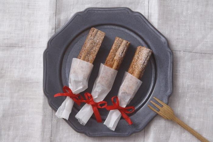 片手で手軽に食べることができるスティックチョコケーキです。こちらも生地にビスケットを使っています。型に入れた生地にクリームチーズとチョコレートを混ぜたソースをかけ、オーブンで焼きます。焼いた後は、冷ますのがポイント。冷ますと、きれいな形で型からケーキを取ることができますよ。
