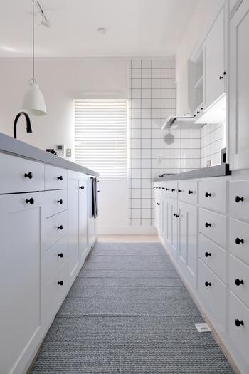 キッチン家電をきれいにレイアウトし、かつ使いやすくするためには「スペースの確保」「置く高さ」「キッチン雑貨との調和」の3つのポイントがあります。それでは、詳しく見ていきましょう。