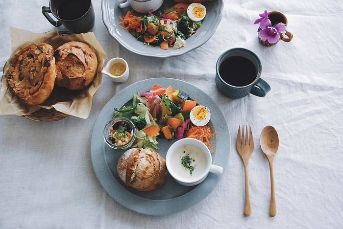 いつものダイニングテーブルに、リネンのテーブルクロスを敷いて、お花を少し。いつもの食卓もちょっとした気配りで、こんなにも素敵に。毎日こんなに素敵な朝時間を用意しておけば早起きも苦にならないかも。