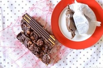 こちらはポッキーを土台にしたチョコレートバーです。ポッキーに、バナナやナッツ類などを入れたチョコレートクリームをかけて、あとは冷蔵庫で冷やすだけ♪甘さもボリュームもたっぷり、大満足のスイーツです。