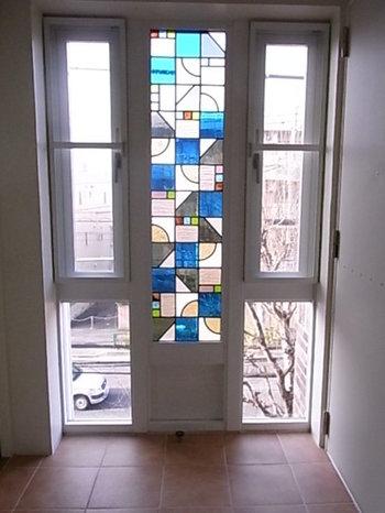 ステンドグラスは光の入るところに置くとよりその良さを発揮してくれます!窓ガラスに大々的にはめ込むのは難しくても、窓辺付近にステンドグラスの小物を置くだけでも、ぐんとアイテムの魅力を生かすことができますよ。