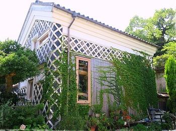 「音楽や芸術などの文化交流の場所になれば」というオーナー夫婦の思いのもと、江戸時代に建てられた蔵を改装し、2016年9月にオープンした隠れ家的カフェ「caffe antico Sion」(カフェ アンティーコー シオン)。  倉敷市児島の高台にあり、立派ななまこ壁が印象的です。