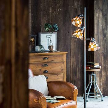 ステンドグラスアイテムは、照明のようにお部屋の目に留まるスポットに置くのもおすすめ。部屋全体をレトロな雰囲気で包んでくれます♪