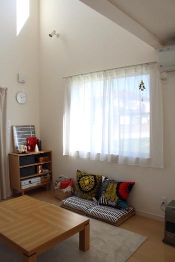 小さくても存在感はばっちり!窓の光が上手に生かされています。晴れの日が楽しみになるお部屋ですね♪