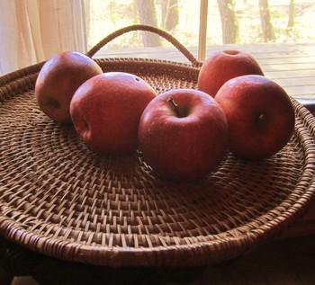 シダ科の植物・アタを編んだバリ島の伝統工芸品(トレーやかご、ボックス〉なども多彩に揃っています。(筆者撮影)