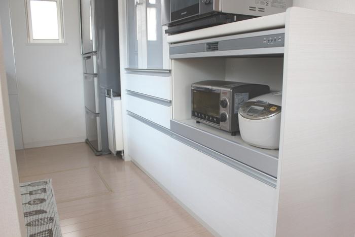 家電専用スペースのある収納棚であれば、低い位置であっても、トースターや炊飯器が引き出せるように設計されているので便利です。また、家電が視界に入らないので、すっきりとした印象に◎