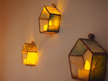 ステンドグラスで作られたおうち型のキャンドルホルダーです。キャンドルのやわらかな灯はステンドグラスにぴったり♪