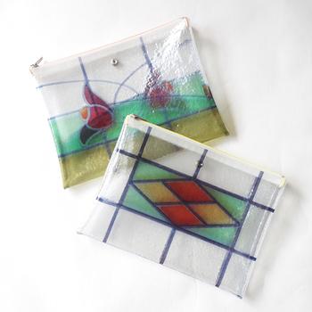 ステンドグラスの魅力はアクセサリーやバッグなどの小物にも生かされています!こちらはちょっぴり変わり種のバッグ。ビニール素材なのにまるでガラスのような出で立ちです♪