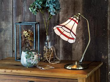 寝室のサイドテーブルや書斎などには、卓上ランプタイプの照明もおすすめです。置いてあるだけでレトロな雰囲気が漂ってくるでしょう。読書の時間がもっと楽しくなるかも♪