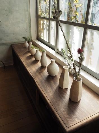 窓の大きな明るい店内には、陶磁器やガラスなどの様々な作家さんの作品が並びます。