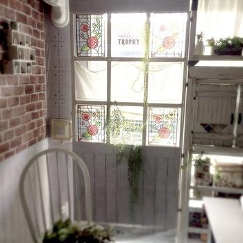 どうしてもステンドグラスの窓にしたいけれど、賃貸住まいで窓をいじれない!そんな時には、ステンドグラスシールを窓ガラスに貼る方法もあります。こちらは、100円ショップ「ダイソー」のステンドグラス風シートを使ったデザイン。リーズナブルなのにオシャレ感は抜群ですね♪