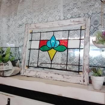 こちらも100均の商品で作られたアイテム。ガラスの絵の具を使って描かれているんです。自分で作るステンドグラスアイテムの楽しさも見つけてみてください♪カラフルなステンドグラスは色合いを邪魔しないディスプレイがおすすめ。