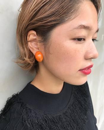 ピアスやイヤリングもオレンジにすると、さらにおしゃれ感が倍増!相乗効果で、チーク自体の発色もよく見えます。