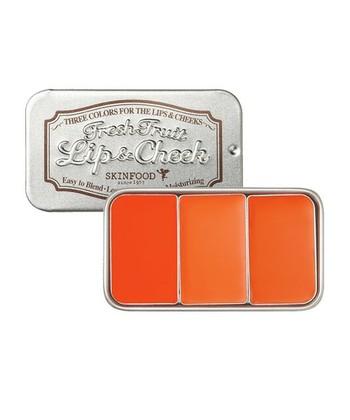 顔色が沈みがちなこの季節。メイクでパッと晴れやかにしたいなら、ジューシーなオレンジカラーのコスメたちが使えます。温かみのあるオレンジは、日本人に多いイエローベースの肌に合いやすく、健康的な血色感を表現。ピンク系やレッド系とはまた違う、温かみのあるヘルシーフェイスが完成します。今回は、リップとチークにオレンジを取り入れたメイクをご紹介。どれも簡単に真似できるので、興味のある方はぜひトライしてみてくださいね!